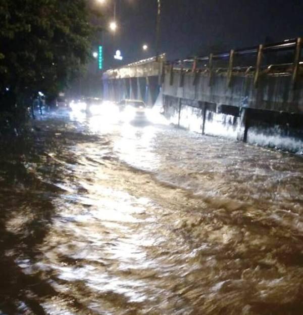 Sau cơn mưa to, nhiều ôtô chết máy vì ngập nước  - ảnh 4