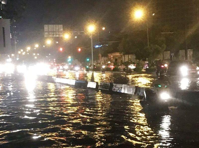 Sau cơn mưa to, nhiều ôtô chết máy vì ngập nước  - ảnh 2