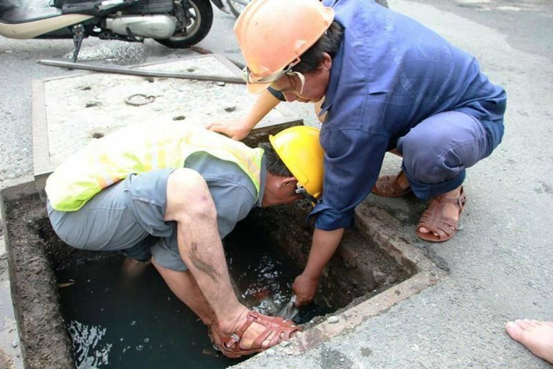 Cảm kích vụ 'giải cứu' khu phố bị ngập suốt hai ngày - ảnh 1