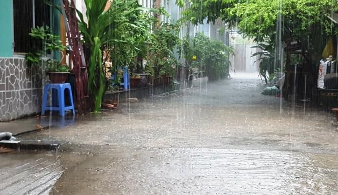 Sài Gòn nắng gắt xuất hiện mưa rào trái mùa - ảnh 2