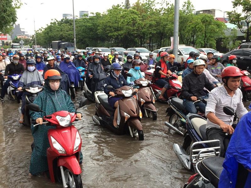 Mới mưa đầu mùa, nhiều đường ở TP.HCM ngập sâu  - ảnh 6