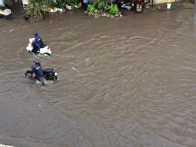 Mới mưa đầu mùa, nhiều đường ở TP.HCM ngập sâu  - ảnh 4