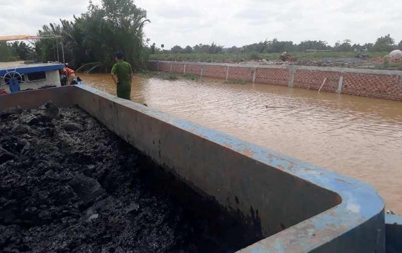 Cảnh sát bắt sà lan chở hàng chục tấn bùn đổ bậy  - ảnh 1