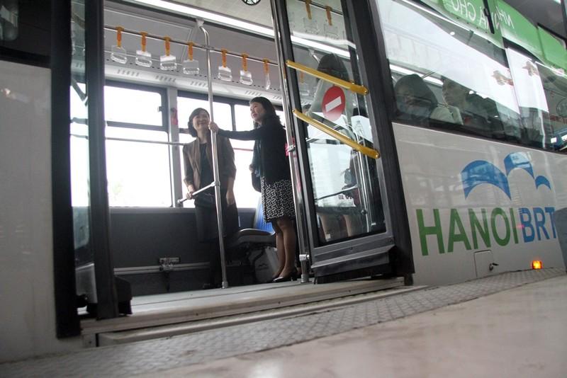 Người dân nói gì về xe buýt nhanh đầu tiên ở Việt Nam? - ảnh 5