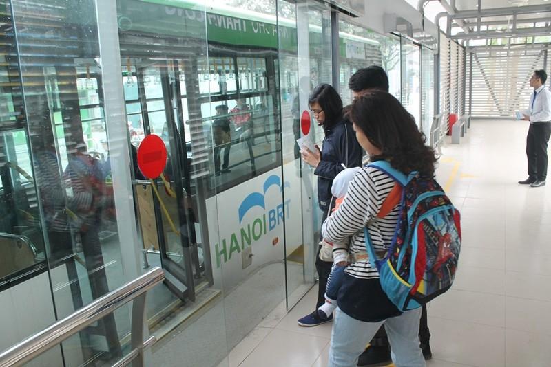 Người dân nói gì về xe buýt nhanh đầu tiên ở Việt Nam? - ảnh 4