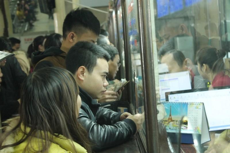 Nhiều hành khách được hỗ trợ mua vé trực tuyến tàu Tết - ảnh 1