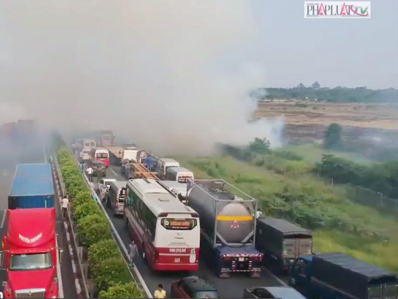 Tai nạn liên hoàn trên cao tốc là do khói đốt đồng - ảnh 1