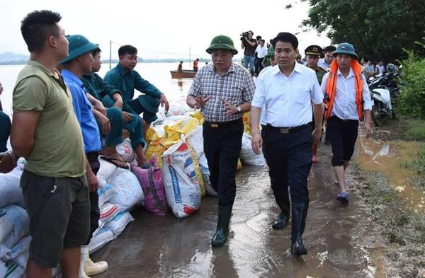 Ngập úng kéo dài, nhiều căn nhà trôi xuống sông Đà - ảnh 2
