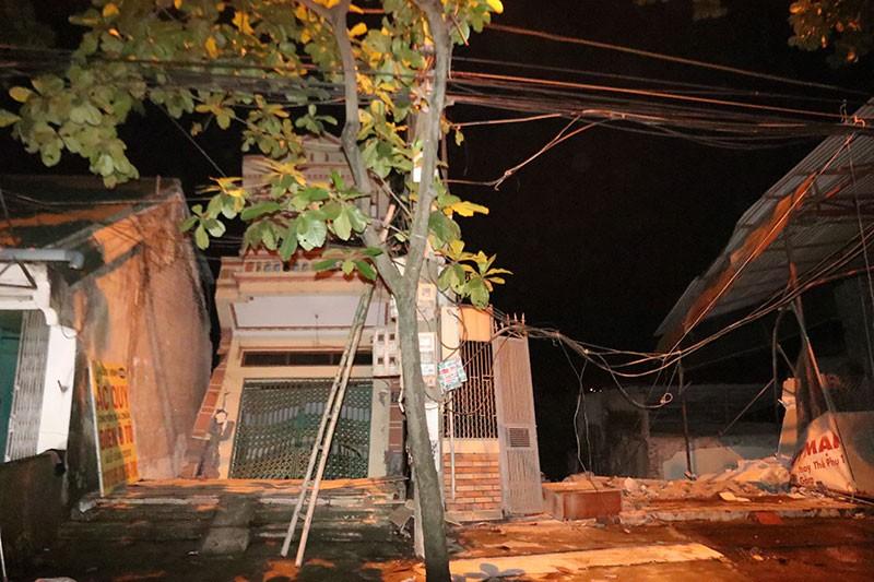 Ngập úng kéo dài, nhiều căn nhà trôi xuống sông Đà - ảnh 3