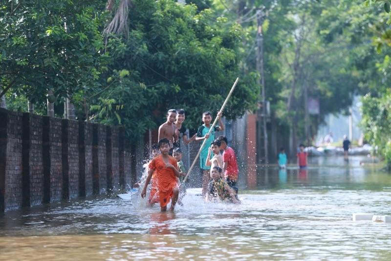 Thủ đô thành sông: Dân thả lưới sân nhà bắt cá - ảnh 4