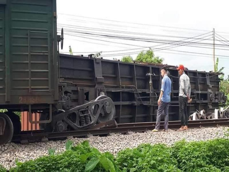 Tàu hỏa lật một toa, đường sắt Bắc-Nam bị tê liệt - ảnh 1