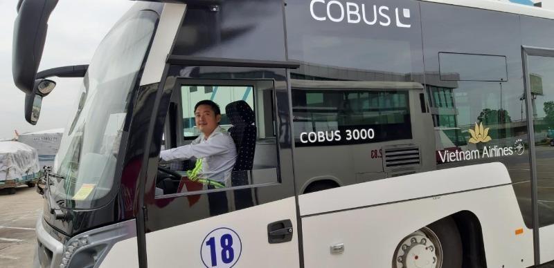 Bộ trưởng khen các nhân viên hàng không trả lại hàng ngàn USD - ảnh 1