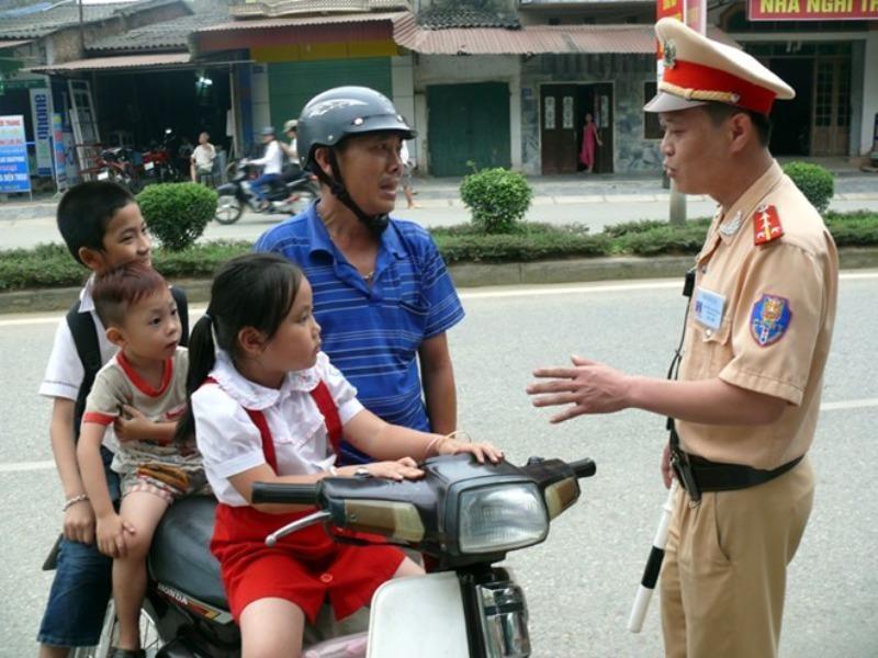 Không đội mũ bảo hiểm cho trẻ, người chạy xe máy sẽ bị phạt - ảnh 1