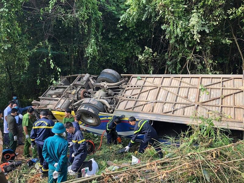 Khẩn trương điều tra vụ xe khách lao xuống vực ở Kon Tum - ảnh 1