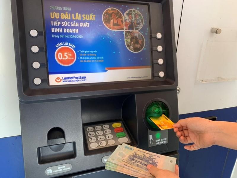Người dân hưởng lợi gì khi nhận lương, trợ cấp qua ngân hàng ? - ảnh 1