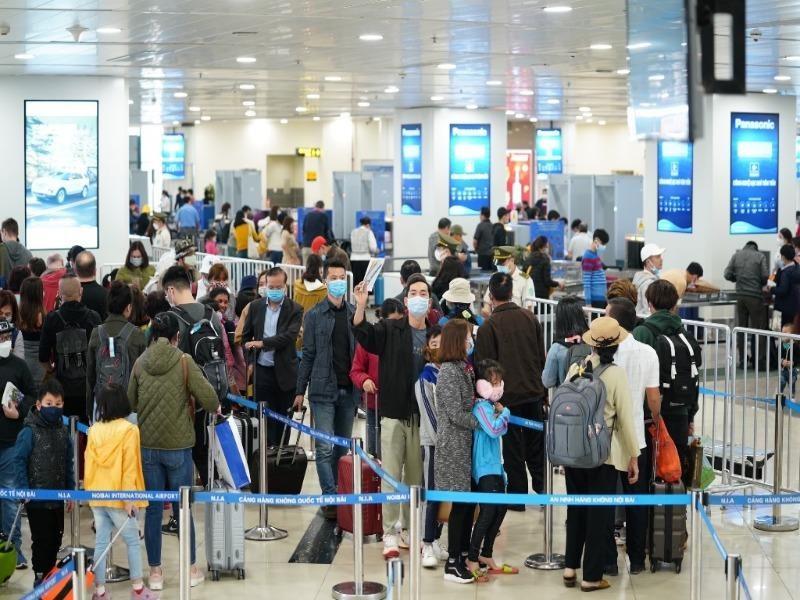 Khách đi máy bay tăng cao, sân bay Nội Bài ra khuyến cáo  - ảnh 1