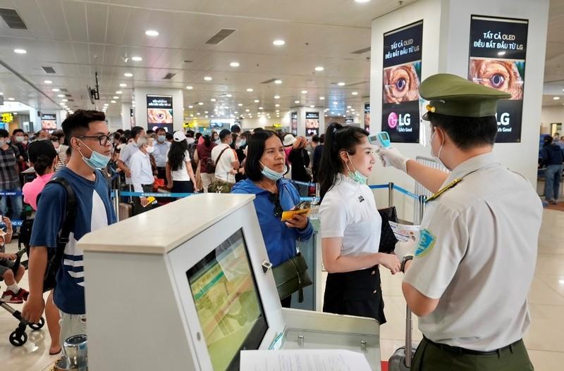 'Giải cứu' tạm thời ùn tắc tại sân bay Tân Sơn Nhất - ảnh 2