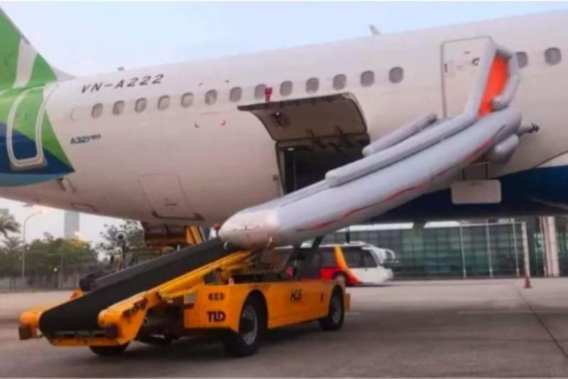 Máy bay chuẩn bị khởi hành, khách bất ngờ mở cửa thoát hiểm - ảnh 1