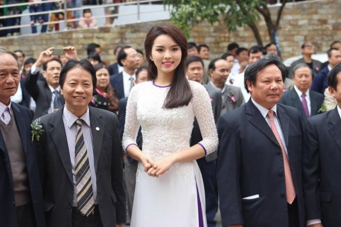Hoa hậu Kỳ Duyên đấu giá áo dài mặc đêm chung kết  - ảnh 2