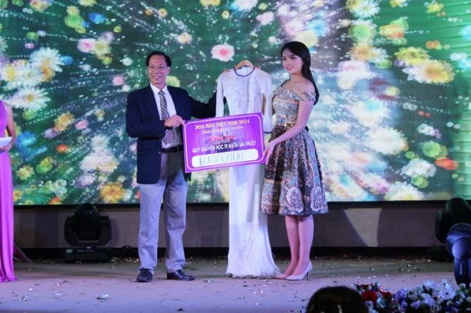 Hoa hậu Kỳ Duyên đấu giá áo dài mặc đêm chung kết  - ảnh 1