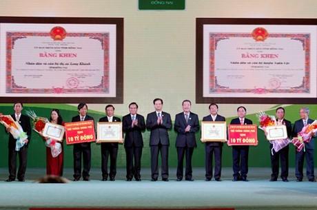 Thủ tướng trao Bằng công nhận 'Huyện nông thôn mới' đầu tiên trên cả nước - ảnh 1