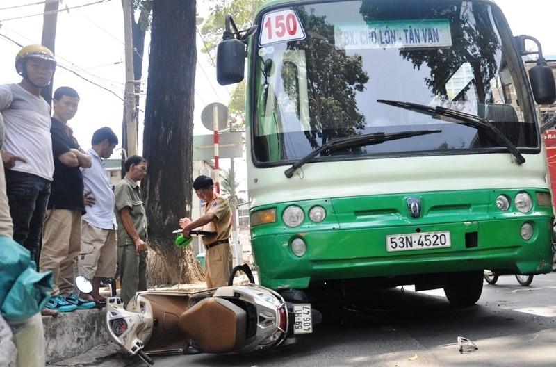 Hàng chục người đẩy xe buýt cứu người phụ nữ bị kẹt dưới gầm  - ảnh 1