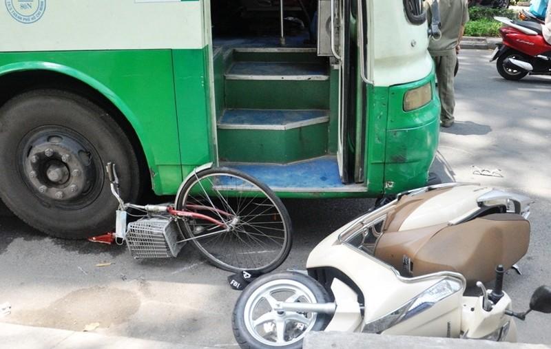 Hàng chục người đẩy xe buýt cứu người phụ nữ bị kẹt dưới gầm  - ảnh 2