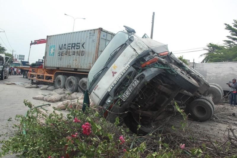"""Xe container """"đại náo"""" quốc lộ 1, giao thông tê liệt - ảnh 2"""