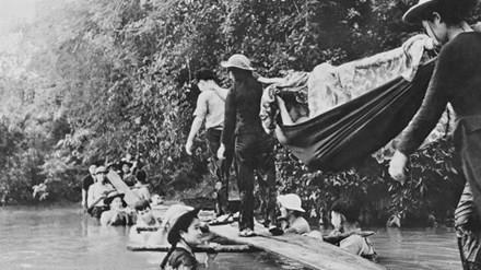"""Bức ảnh độc đáo """"Cầu người"""" của phóng viên ảnh chiến trường Phạm Văn Thính."""