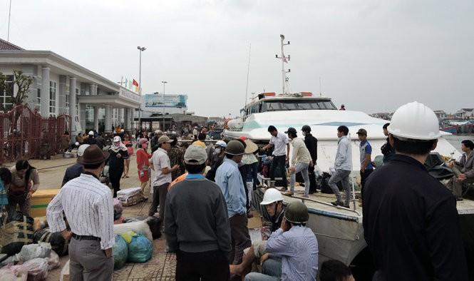 Hàng ngàn hành khách Lý Sơn không thể về quê ăn tết