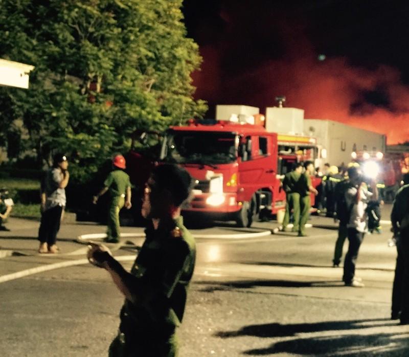 Chùm ảnh: Trắng đêm dập lửa tại khu công nghiệp ở Hải Phòng - ảnh 6