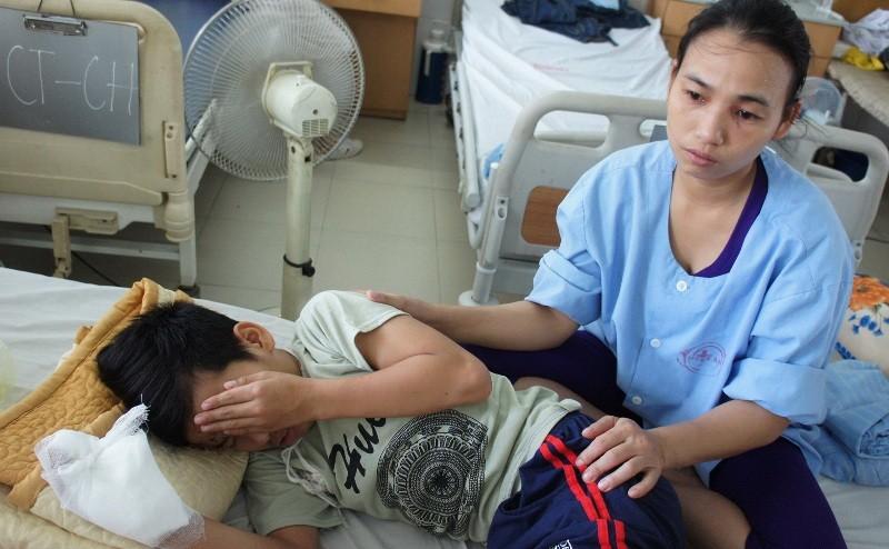Mẹ kiếm việc làm thuê cứu đôi mắt cho con - ảnh 1