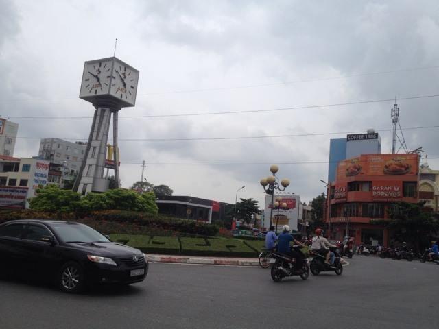 Đồng hồ vòng xoay Điện Biên Phủ chạy sai giờ  - ảnh 1