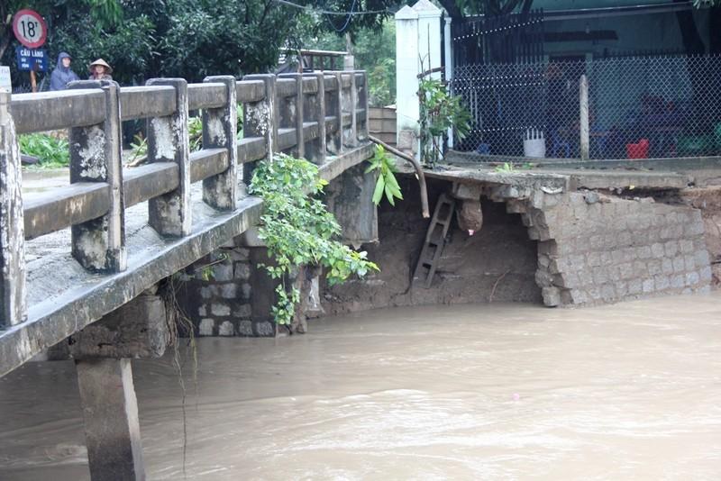 Hai cây cầu có nguy cơ sập do mưa lũ  - ảnh 1