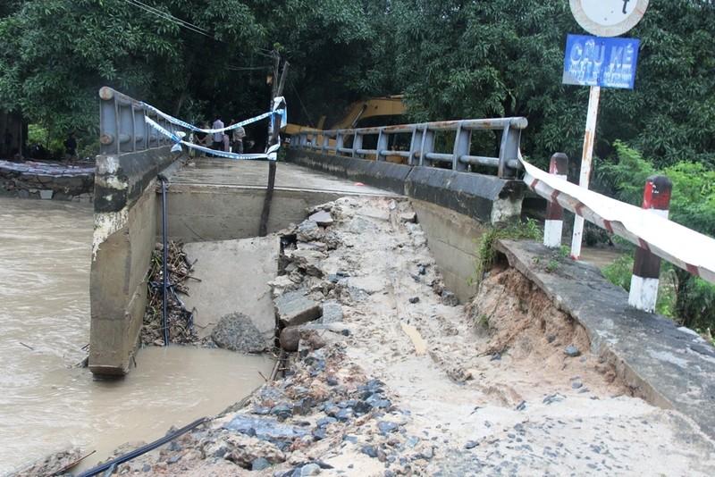 Hai cây cầu có nguy cơ sập do mưa lũ  - ảnh 2