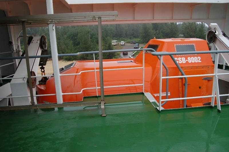 Xuồng cứu sinh hiện đại gắn hai bên thành tàu.