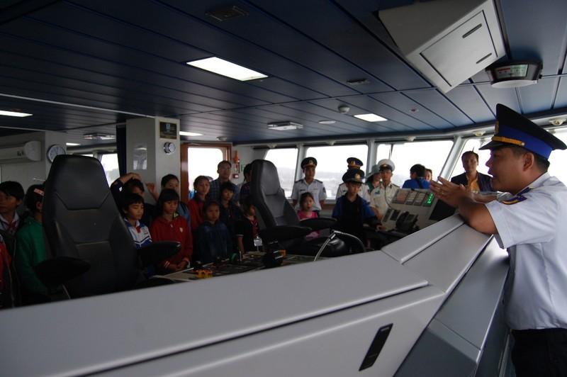 Chăm chú lắng nghe thuyết minh tại khu vực cabin tàu