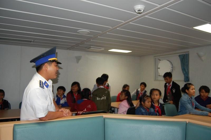 Háo hức khám phá tàu Cảnh sát biển 'khủng' 8002 - ảnh 7
