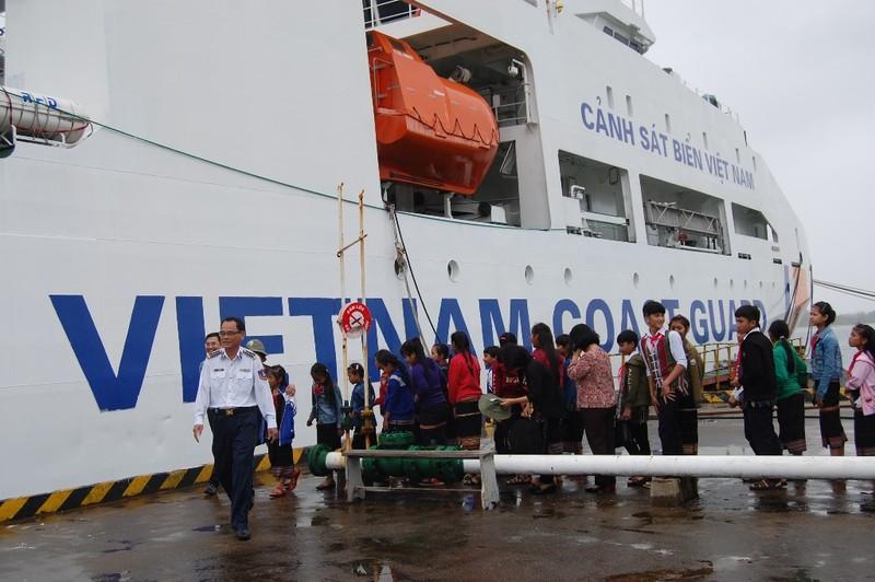 Xếp hàng trật tự, theo sự hướng dẫn của chú Võ Văn Kính, Phó chính ủy Bộ tư lệnh CSB vùng 2 xuống tàu.