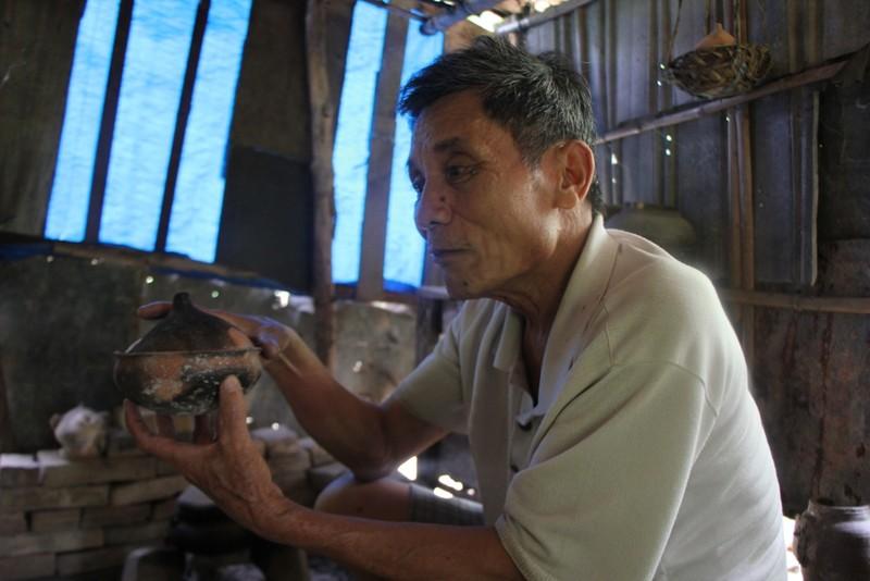 Ông Diễn giới thiệu về các sản phẩm của làng gốm Phước Tích. Ảnh: Nguyễn Do