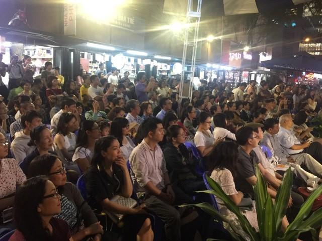 Hàng trăm người đội mưa đến gặp nhạc sĩ Vũ Thành An  - ảnh 2