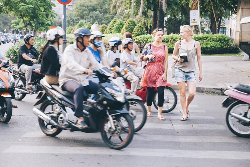Khách Tây rỉ tai nhau mẹo 'sống sót' khi đi xe máy ở VN - ảnh 3