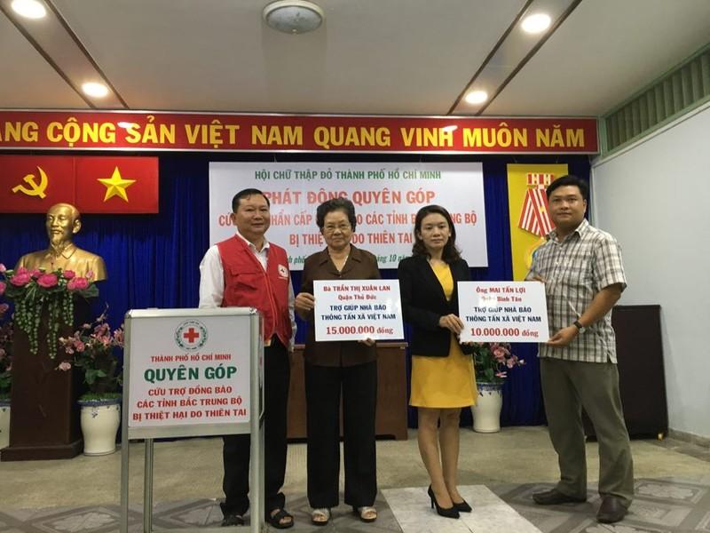 Ấm áp tình người Sài Gòn ủng hộ đồng bào lũ lụt   - ảnh 2