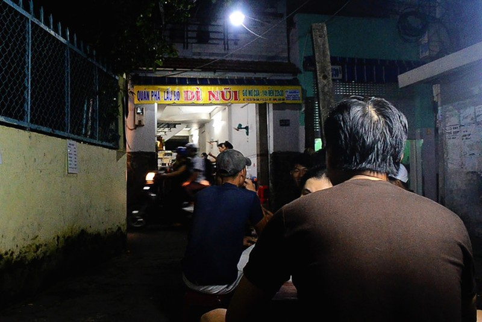 Phá lấu bò hơn 20 năm trong hẻm ở Sài Gòn - ảnh 1