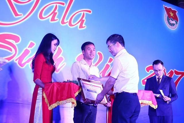 Hiệu trưởng Nhà trường tặng Giấy khen và phần thưởng cho sinh viên Vũ Huy Cảng