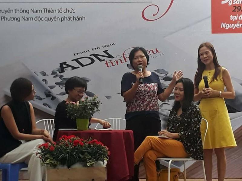 Tác giả Đỗ Ngọc và những người bạn đàn bà của chị trong buổi ra mắt sách sáng 29-10 tại Đường Sách