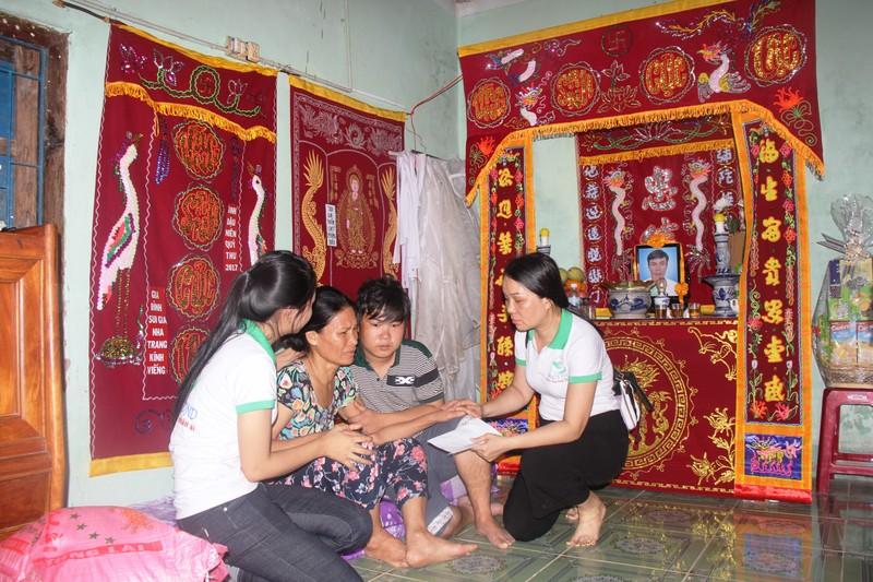 Trao 2 triệu đồng tại gai đình ông Võ Văn Xù, xã Vạn Khánh – Vạn Ninh bị chết sáng ngày 4-11.