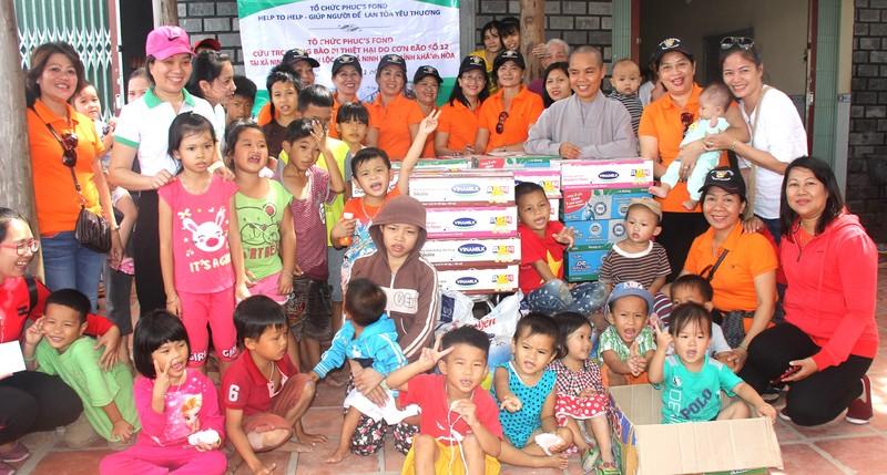 Các bé mồ côi ở chùa Phật Bửu vui sướng khi được tặng sữa.