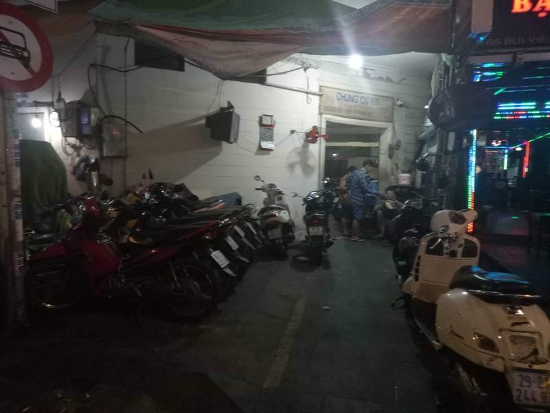 Hoảng hồn phí giữ xe máy 50.000 đồng/lượt tại khu Phố Tây  - ảnh 2
