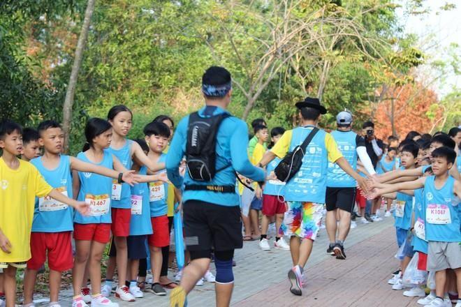 Hơn 900 vận động viên đa quốc gia chạy vì trẻ em - ảnh 8